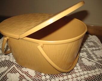Basket of pique - nique toy.