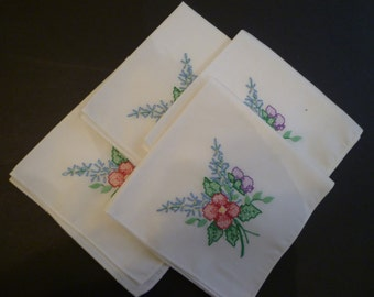 NAPKINS. VINTAGE LINENS. Vintage Embroidered Napkins. Set of Four White with Embroidery Napkins