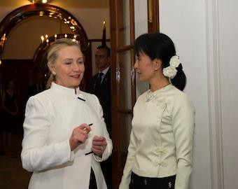 Clinton meeting with Burmese democracy leader Aung San Suu Kyi