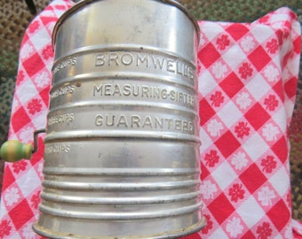 Bromwell's sifter - 5 cups with olive green wooden handle Vintage 1940's