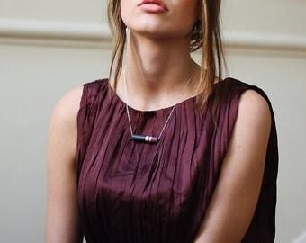AURÉA // pendentif en cuivre, résine violine et noir sur chaîne argentée