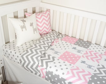 Patchwork quilt nursery set - Pink and grey giraffes (Grey chevron quilt backing)