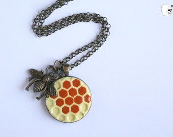 Cameo necklace honeycomb with bee.