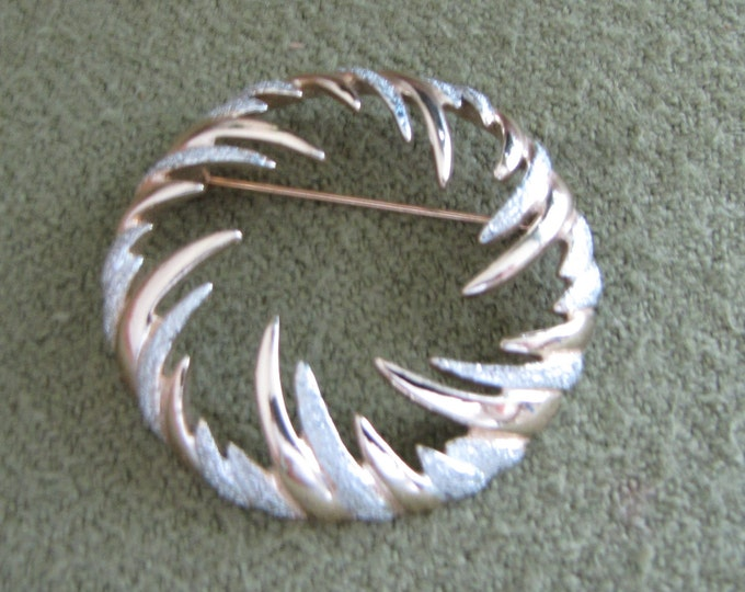 Circular Fire and Ice Lapel Pin Sarah Coventry Winter Holiday Wreath Gold and Silver Brooch