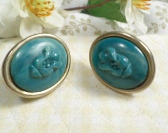 Beautiful Vintage Gold Tone Green Molded Flower Lucite Clip On Earrings  DL#7418