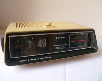 vintage SANYO  electronic clock radio 1970