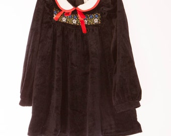 Girls black velour dress long sleeves, white collar with red trim and ribbon, patterned front, Vintage pre-loved, Age 2 - 3 years,