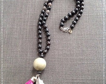 Necklace black pen and pompon fuschia