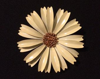 60s Off-White Enamel Daisy Flower Pin / Brooch - Flower Power