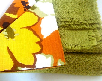 Vintage Tablecloth 70s Green with 6 Floral Napkins - Never Used