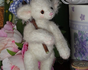 Guss small mouse in white mohair.
