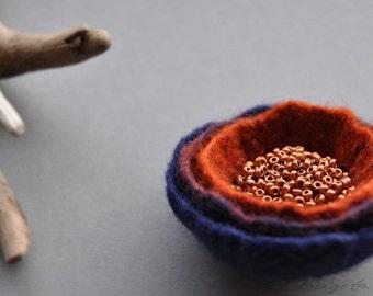 Minimal brooch, Navy Blue and Rust Brown brooch, Felt Brooch, Felted Brooch, Felt Round Minimalistic Pin, Minimal pin, Felt bloom brooch