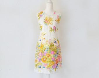 1960s White Floral Shift Dress 60s Vintage Mod Cotton Pink Purple Flower Print Sundress Medium Multicolor Sheath Summer Garden Party Dress