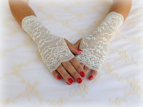 Ivory floral lace gloves. Elastic lace mittens. Bridal fingerless gloves. Wedding gloves. Short lace gloves. Lace cuffs. Bridal accessories.