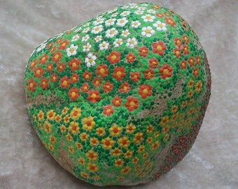 Dot painting stone FLOWER ROCK lovingly hand-painted River pebbles weatherproof and UV resistant, 17 cm diameter x 14 cm height