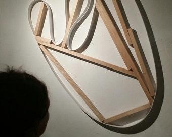 Original Kunstobjekt. Wandskulptur. Abstrakt. Weiß und Naturholz. Aus Holz und Kunststoff. Ungewöhnliche wunderschöne organische Form.