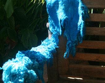 Lang gevilt Wensleydale stuk turquoise geverft/ Wensleydale felted piece, dyed.