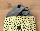 Pochette tissu enveloppe molletonnée en coton jaune motif cubes géométriques, pochette à lunettes, pochette à maquillage, pochette à bijoux