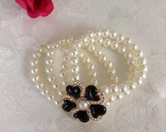 Pearl bracelet with flower
