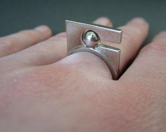 Modern. Ring.
