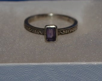 R001 Solid Sterling Silver Single Amethyst Gemstone on Swirl Design Band Ring - Size 6