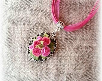 Collana con cammeo con rose