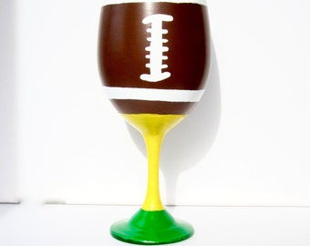 Football Wine Glass, Hand Painted Wine Glasses, Wine Glasses Painted, Sports Wine Glass