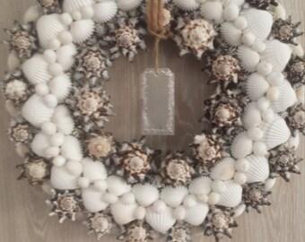 Unique shells wreath in white brown black/spikkel