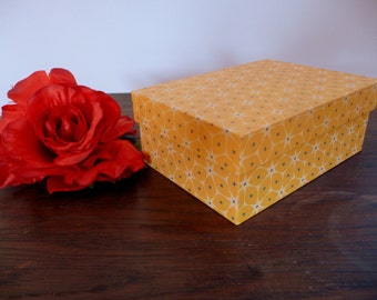 Chic box with retro pattern