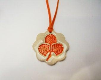 Pendentif  motif feuille orange en céramique