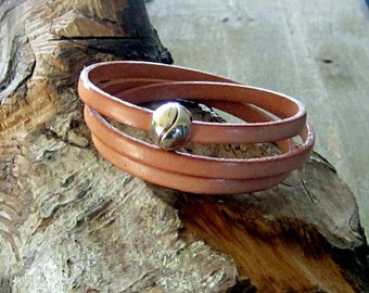 Bracelet leather color natural, clasp ball magnet, 3 laps on the wrist.