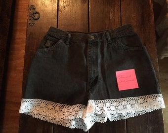Cut-off, shorts black with lace