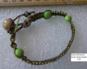 Hemp bracelet in green and brown. Perked up with lime beads.