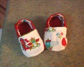 """Slippers 9 to 12 month in """"Baby dragon"""" theme, red n white, flannel, lined item, gathered ankle, layered pad, slip grip soft sole. 5 inch bo"""