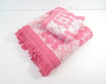 Vintage bath towel set, mid century modern, pink and white daisy pattern, bath towel and wash cloth, Cannon Monticello, hot pink bathroom