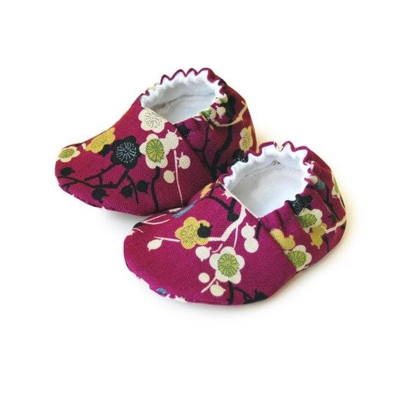 Purple baby girl shoes, Purple baby booties, Flower baby booties, Newborn baby booties, Soft sole booties, Fabric baby booties, floral shoes