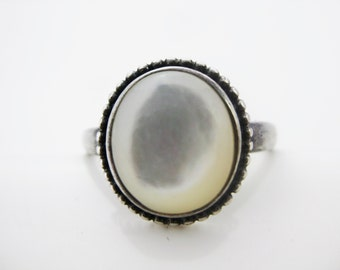 Size 8 Vintage Sterling Silver Oval Mother of Pearl Ring