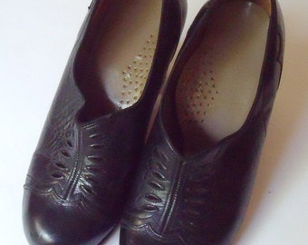 Vintage 1940s Black Leather Pumps Perforated Design  Size 6.5