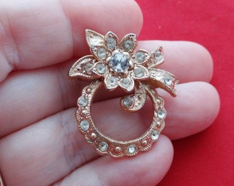 "Vintage gold tone 1.5"" rhinestone wreath with bow brooch in great condition, appears unworn"