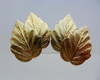 Vintage Crown Trifari Gold Tone double Leaf Design Clip On earrings -  brushed and polished gold tone metal -  art.458/4 -
