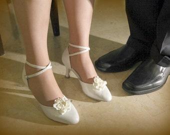 wedding shoe clips, Bridal shoe clips, flower shoe clips, pearl shoe clips, wedding shoes,white shoe clips, bridal shoes, vintage shoe clips
