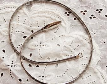 Retro silver skinny metal stretch belt / 1970s or 1980s minimalist fashion / snake slinky shiny accessories / womens small size
