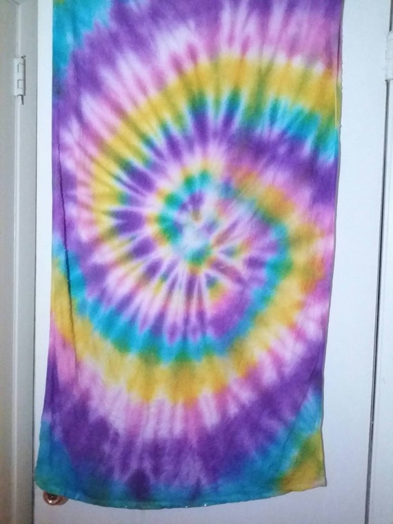 Tie dyed bath towel for How to tie towels in bathroom