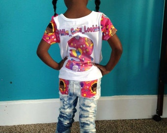 Themed  t shirt bow and jeans.