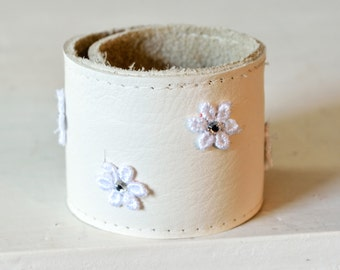 Leather strap light beige with flowers snap bracelet Clunk