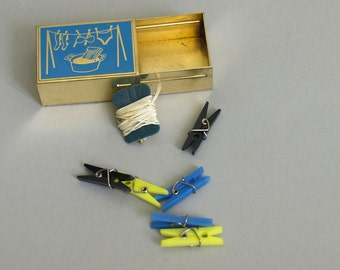 Vintage Toy Clothesline // doll clothes line // Six mini clothes pins clothespin black blue yellow in box