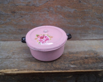 Miniature casserole with lid in pastel pink