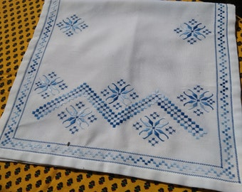 Vintage Folk Table Runner Blue Floral Embroidery sewing project embroidery #sophieladydeparis
