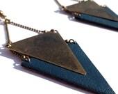 "Boucle d'oreille cuir bleu canard / triangle métal bronze CHEYENNE - Collection ""L'été Indien"""