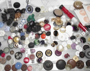 Large Lot of Vintage Buttons. Glass, early plastics, wood, Victorian, metal, Bakelite?, etc.. Button Collection. Appx. 100-150....#116